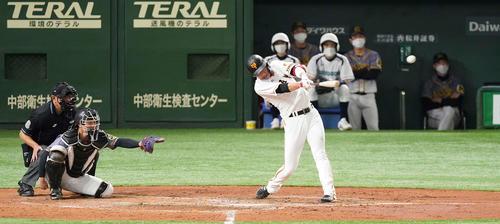 巨人対阪神 4回裏巨人2死、中二塁打を放つ坂本(撮影・鈴木みどり)