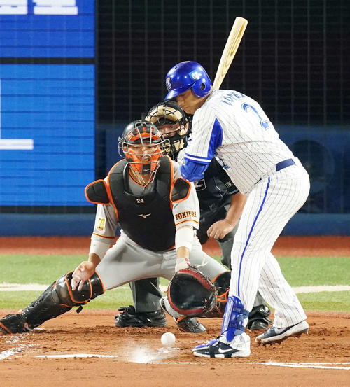 DeNA対巨人 1回裏DeNA無死一、三塁、四球の打者ロペスに対し暴投で先制点を許した高橋(撮影・江口和貴)