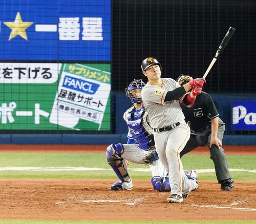 DeNA対巨人 3回表巨人2死一、二塁、左越えに同点3点本塁打を放つ岡本(撮影・江口和貴)