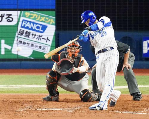 DeNA対巨人 3回裏DeNA2死二、三塁、2点適時三塁打を放つ伊藤(撮影・江口和貴)