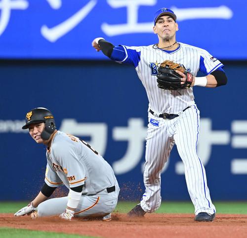 DeNA対巨人 5回表巨人無死満塁、岡本の三ゴロを捕球した宮崎から送球を受けたソト。三重殺を狙って一塁へ転送する。左は一塁走者坂本(撮影・山崎安昭)