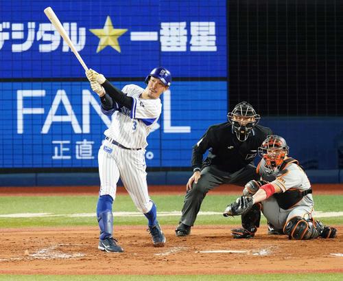 DeNA対巨人 7回裏DeNA1死二塁、右前適時打を放つ梶谷(撮影・江口和貴)