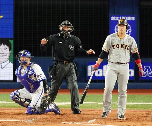 DeNA対巨人 8回表巨人1死一、二塁、死球を受け投手パットンを見る岡本(右)(撮影・江口和貴)