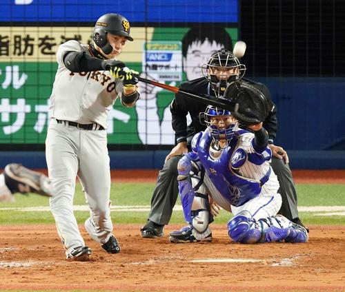 DeNA対巨人 8回表巨人1死満塁、左犠飛を放つ丸(撮影・江口和貴)