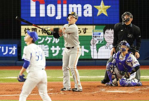 DeNA対巨人 2回表巨人1死、プロ通算200号となるソロ本塁打を右越えに放つ丸。投手平良(撮影・江口和貴)