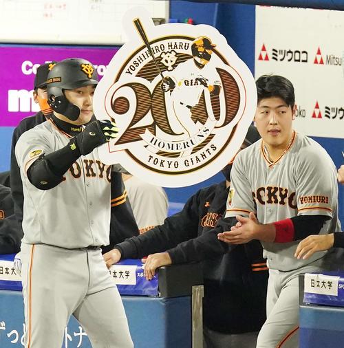DeNA対巨人 2回表巨人1死、ソロ本塁打でプロ通算200号とし記念ボードを掲げる丸(左)。右は岡本(撮影・江口和貴)