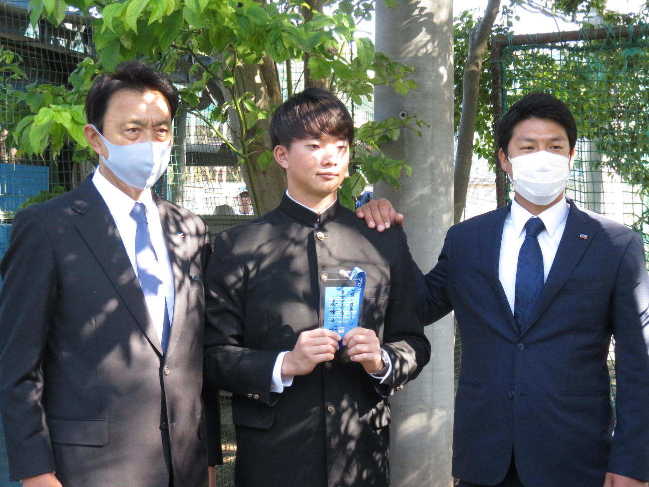 ヤクルトのドラフト1位、慶大・木沢尚文投手(22=中央)が指名あいさつを受けた。左が小川GM、右は山本担当スカウト