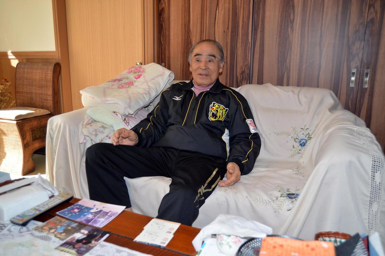阪神ドラフト1位佐藤から譲られたタイガースジュニア時代のジャンパーを愛用する祖父勲さん(撮影・中島正好)