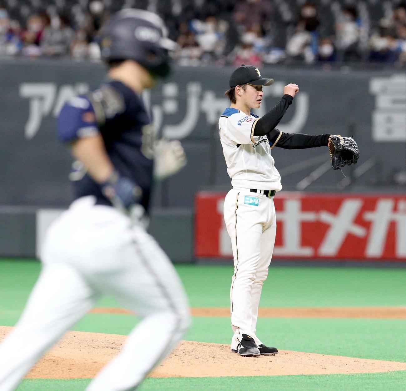 日本ハム対オリックス 6回表オリックス1死一、二塁、吉田正(左手前)に逆転となる右越え3点本塁打を浴びる日本ハム吉田輝(撮影・佐藤翔太)