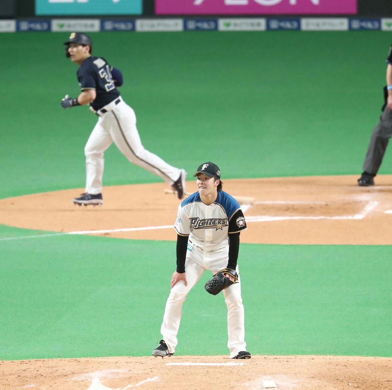 日本ハム対オリックス 6回表オリックス1死一、二塁、吉田正に右越え3点本塁打を浴びる吉田輝(撮影・黒川智章)