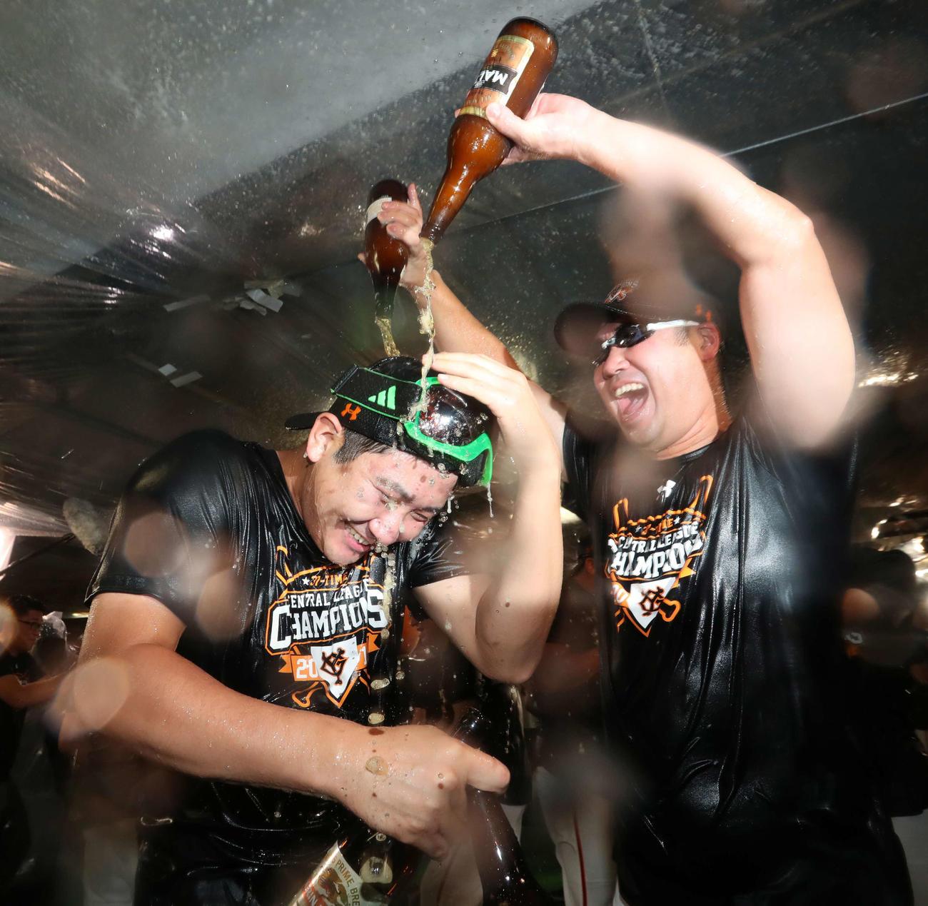 2019年9月21日、祝勝会でビールをかけられる菅野(左)(撮影・垰建太)