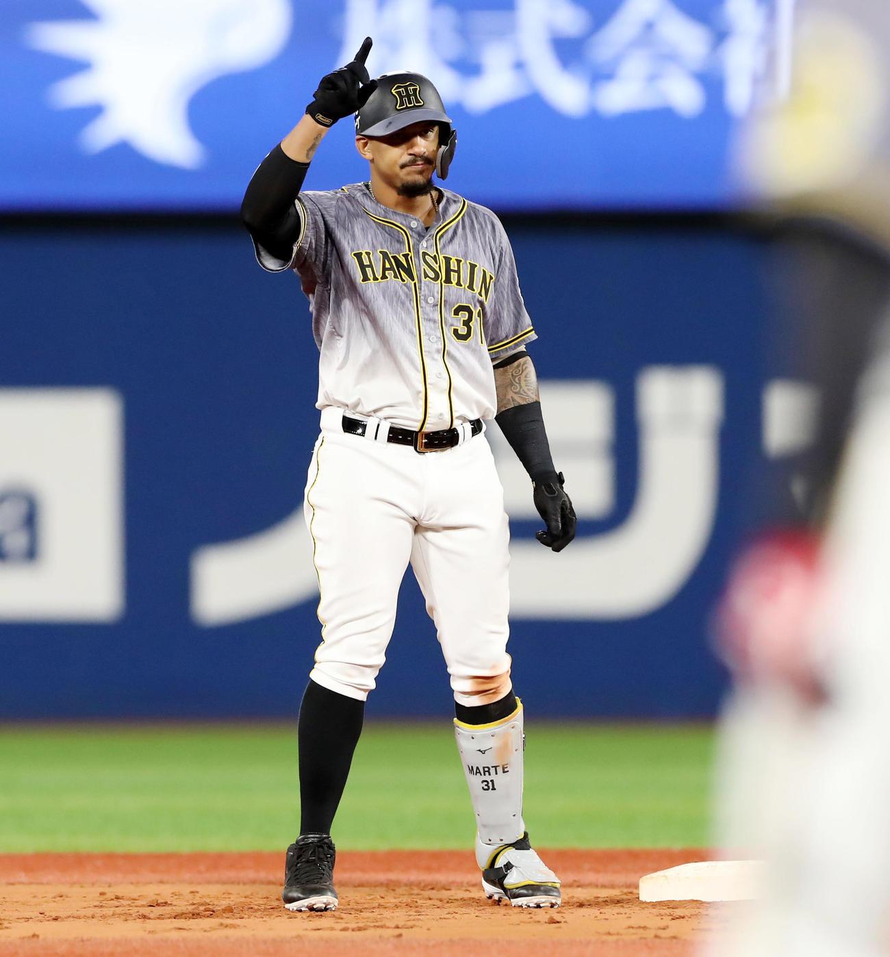 DeNA対阪神 5回表阪神1死一、二塁、マルテは左越え適時二塁打を放ちベンチにポーズ(撮影・加藤哉)