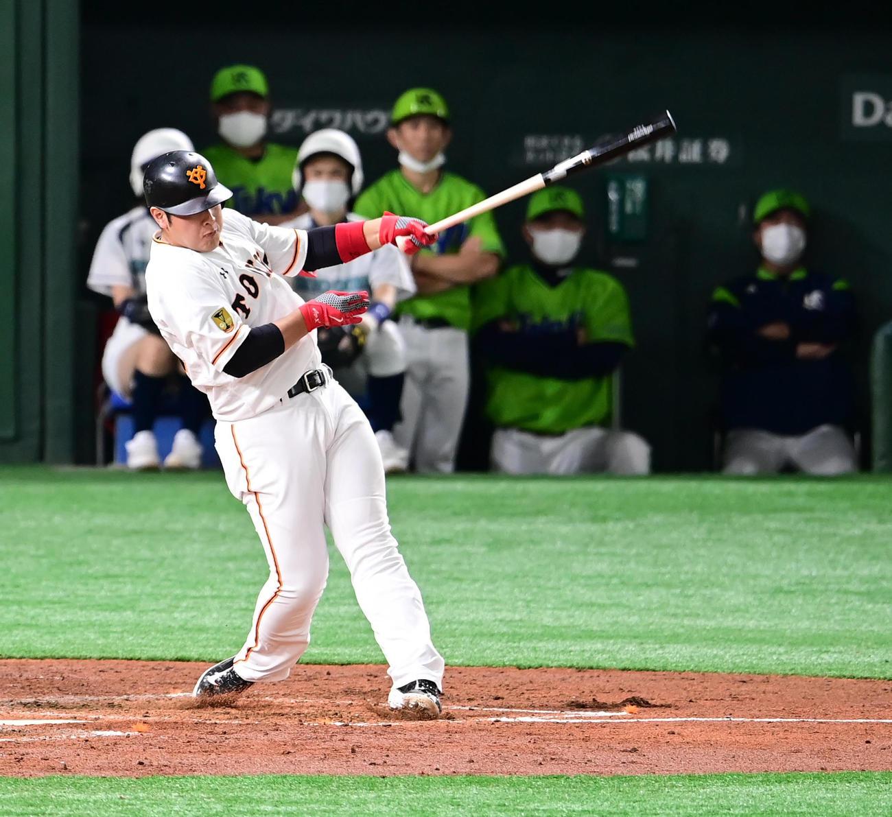 巨人対ヤクルト 3回裏巨人2死二塁、岡本は左越えに逆転2点本塁打を放つ(撮影・小沢裕)