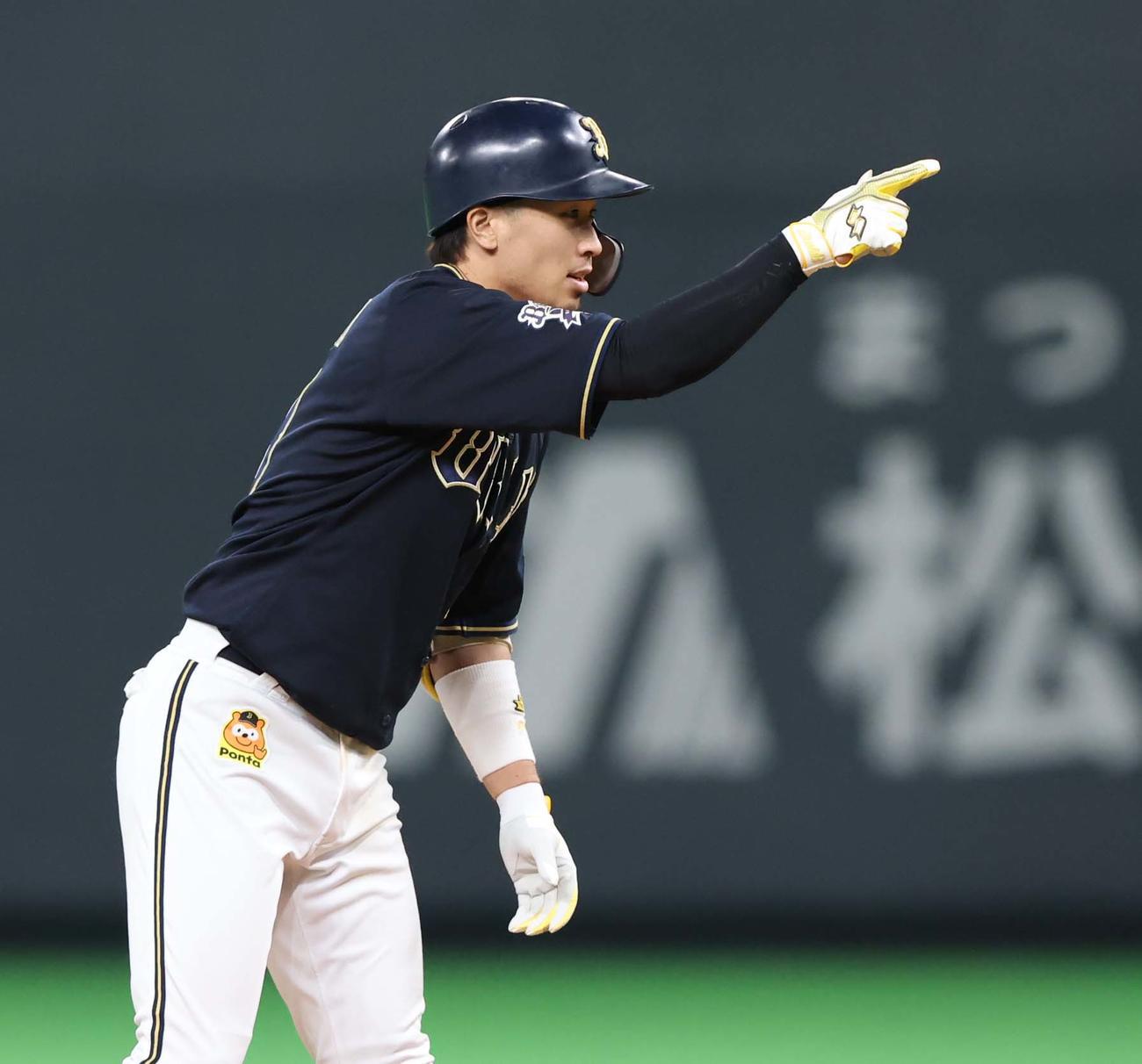 日本ハム対オリックス 5回表オリックス2死二塁、中前適時二塁打を放ちポーズをとる安達(撮影・黒川智章)