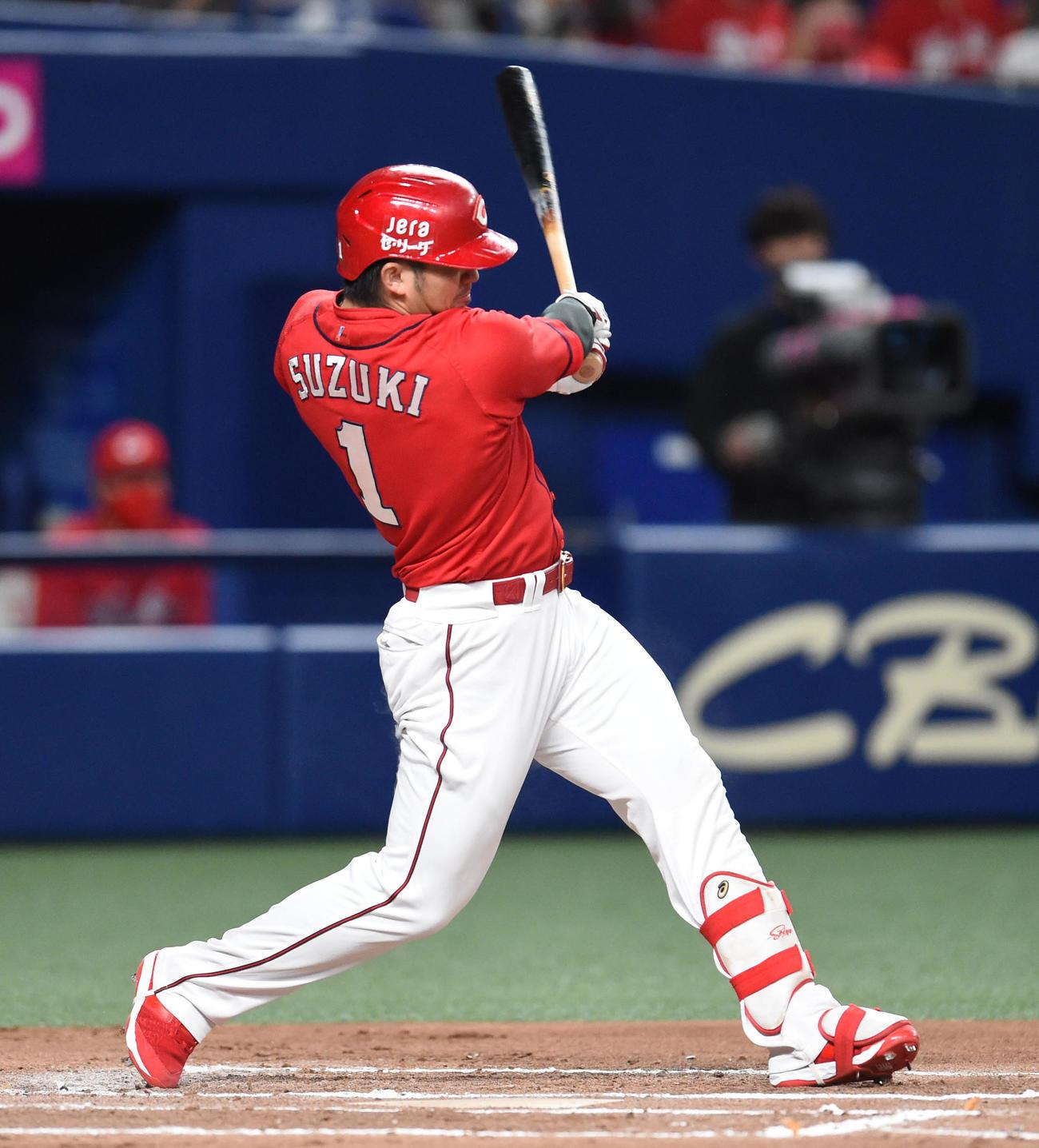 7回表広島1死一、二塁、中前適時打を放った鈴木誠也(撮影・森本幸一)