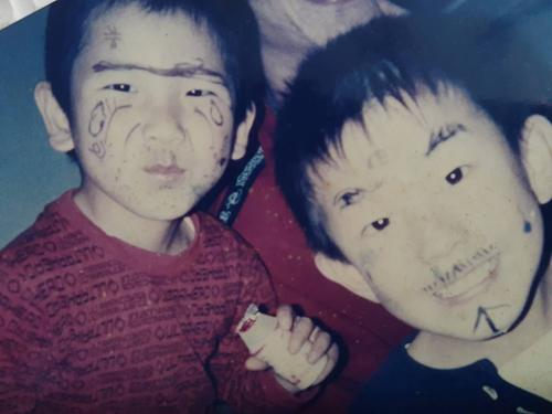 顔に落書きをして遊ぶ幼少期の巨人戸郷(左)と兄悠大さん(母ヒトミさん提供)