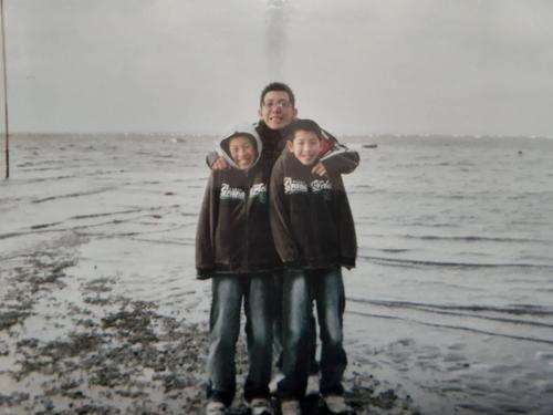 家族で熊本旅行に行った際の1枚。巨人戸郷(右)と兄悠大さん(左)と父健治さん(母ヒトミさん提供)