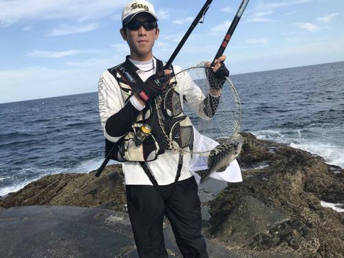 プロ入り直前に釣りを楽しむ巨人戸郷(母ヒトミさん提供)