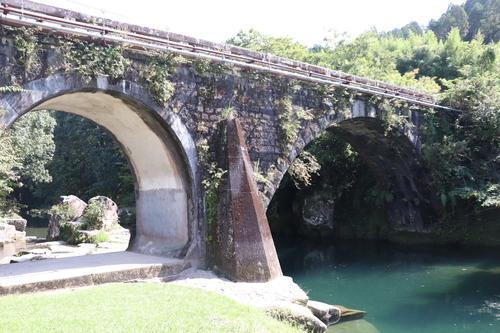 小学生時代に巨人戸郷が泳いだ沖水川が流れる矢ケ渕公園には、めがね橋がかかる(地図3)(撮影・久永壮真)