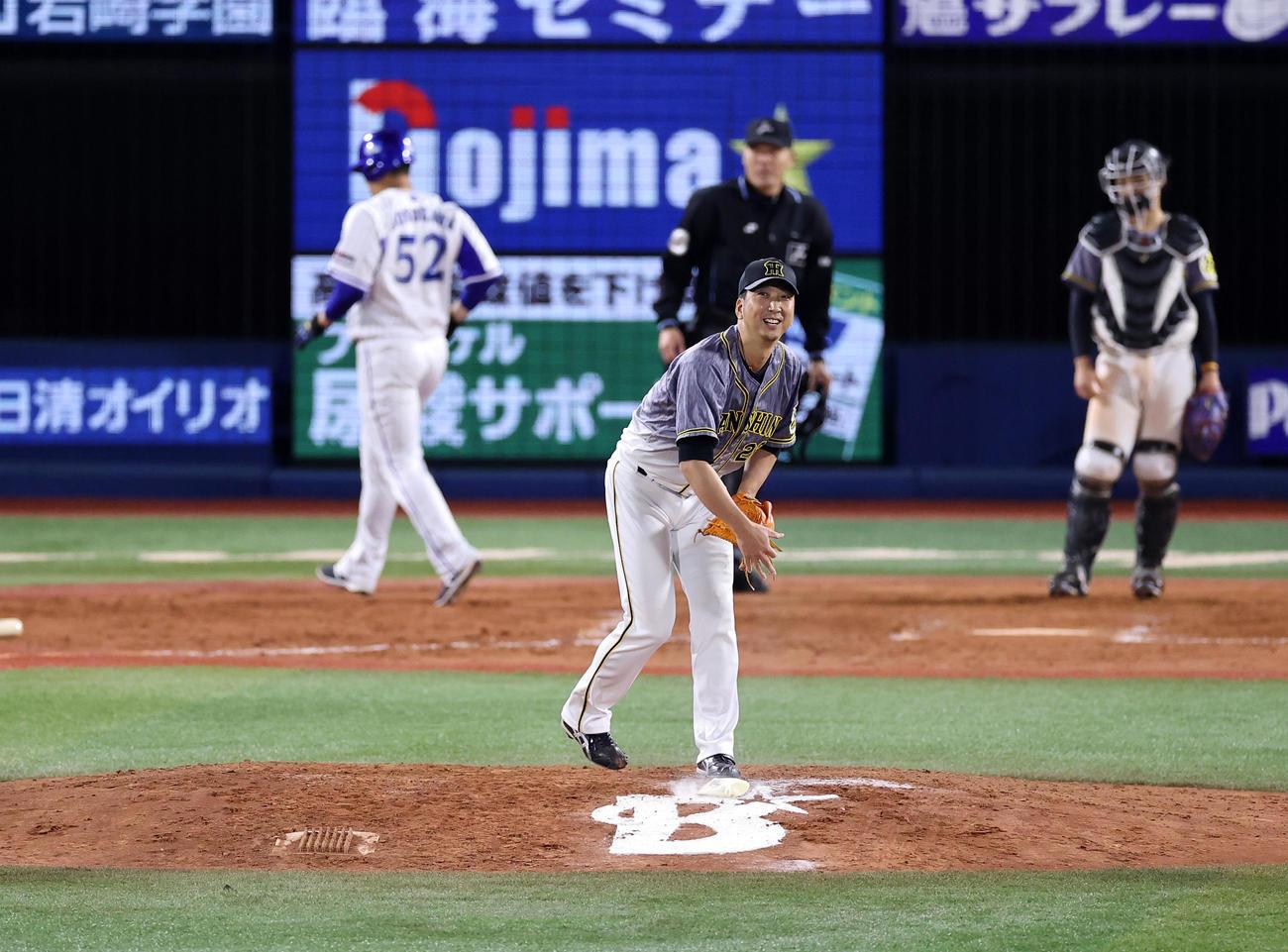 DeNA対阪神 9回裏DeNA2死二塁、大和に左越え2点本塁打を許した藤川はマウンドで苦笑する(撮影・浅見桂子)