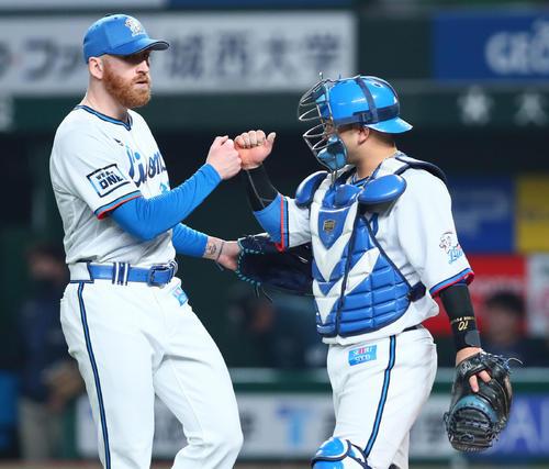 西武台日本ハム勝利タッチを交わす西武のギャレット(左)と森(撮影・足立マーサ)