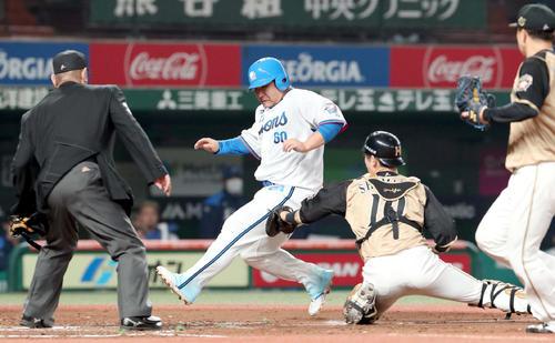 西武台日本ハム4回裏西武2社した3塁、本塁生還しようともタッチアウトになる三塁走者の中村(撮影・佐藤翔太)