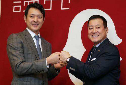 引退会見でグータッチを交わす巨人岩隈(左)と原監督(2020年10月23日)