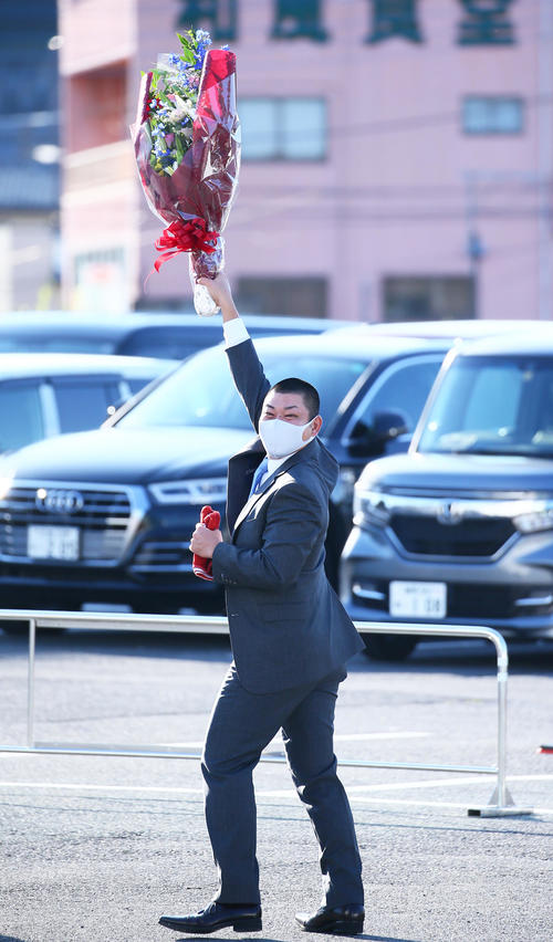 引退会見を終え、花束を手に球団事務所を後にする西武高橋朋(2020年10月20日)
