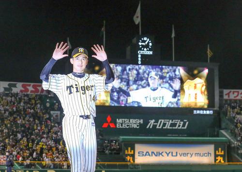 今季最終戦後にファンの声援に手を振って応える阪神能見(2020年11月11日)