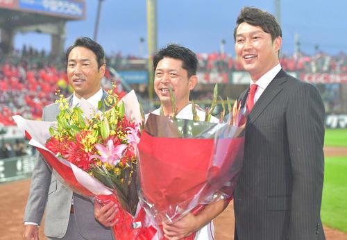 引退セレモニーで黒田博樹氏(左)、新井貴浩氏(右)と記念写真に納まる石原慶