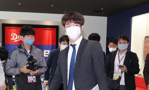戦力外通告を受け球団事務所を後にする鈴木翔太(2020年11月3日)