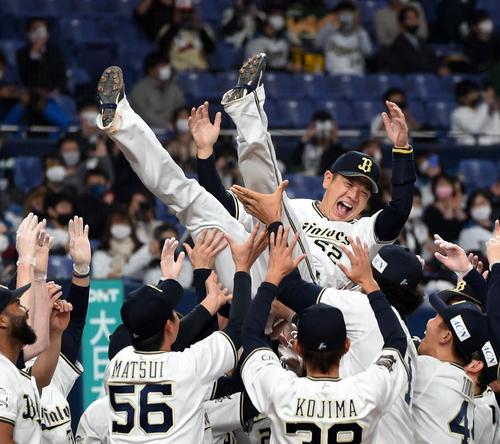 引退試合でナインから胴上げされる山崎勝己(2020年11月6日)