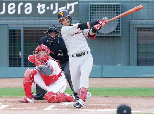 広島の巨人6回表ジャイアンツ2社した3塁、左前適時打を放つ量ダイ川(撮影・江口和貴)