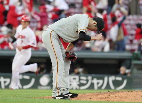 広島巨人9回裏広島1死1塁、菊池涼タイ右越え2点本塁打を打った戸郷(撮影・加藤孝規)