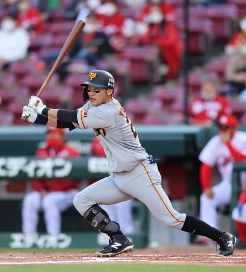 広島読売3回表巨人1死、左中間に二塁打を放つ吉川久(撮影・河野匠)