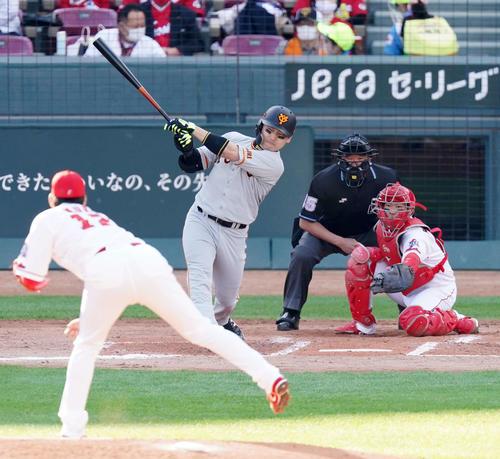 広島読売4回表巨人1死1,2塁の先制タイムリー二塁打を放つ円。 投手銅(撮影・江口和貴)