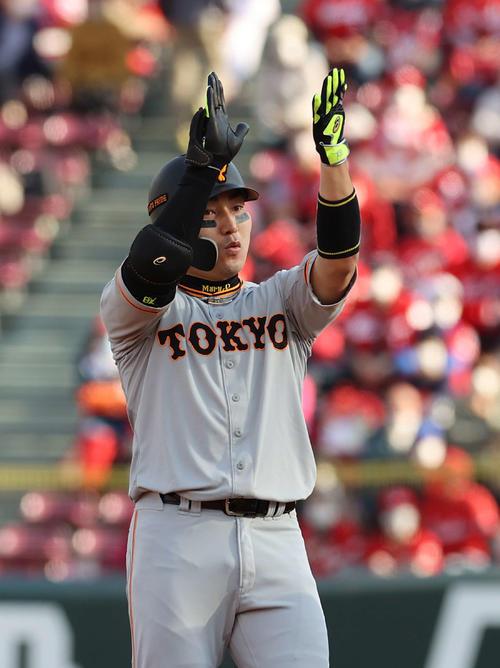 広島読売4回表巨人1死1,2塁の右翼先制タイムリー二塁打を放ち、手を叩くウォン(撮影・河野匠)