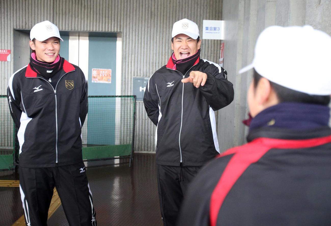 2013年1月5日、88年会のプロジェクトで野球少年のあいさつを受けた坂本(左)と田中は笑顔を見せる