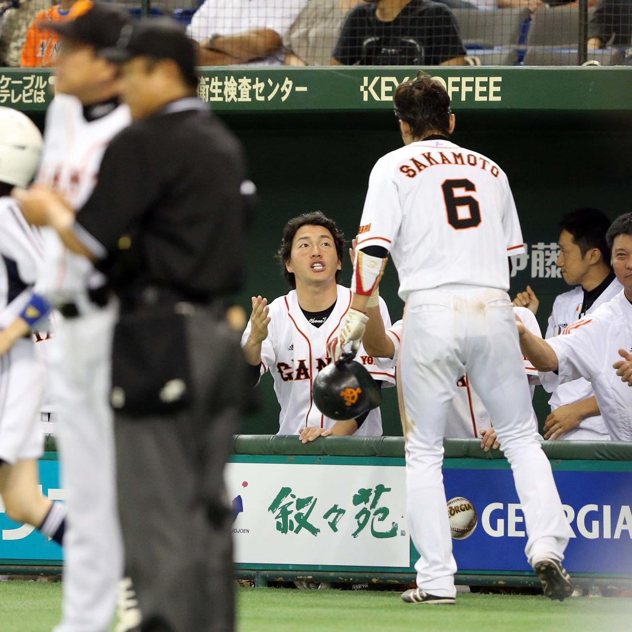2012年10月7日、巨人対DeNA 7回裏巨人の攻撃後、坂本(右手前)を笑顔で祝福する長野(中央)