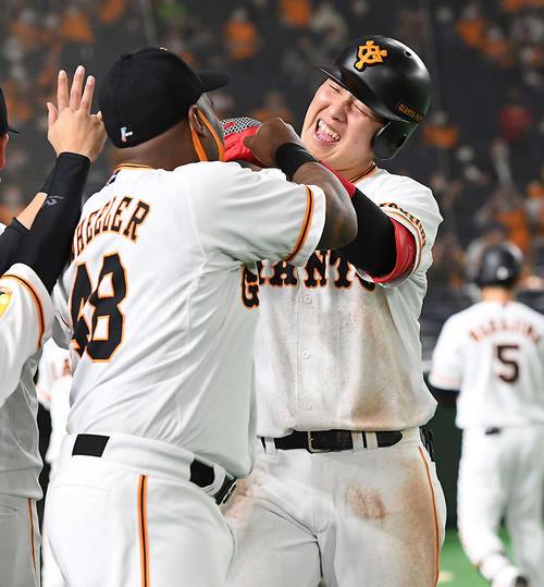 巨人のヤクルト3回裏巨人1死1,2塁30号3点本塁打を放った岡本和真の笑顔ナインとハイタッチ(撮影従う見明美)