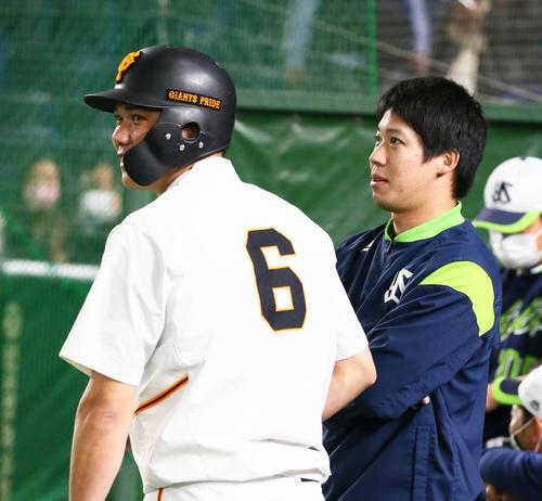 試合前談笑する巨人坂本(左)とヤクルト山田明(撮影・足立マーサ)