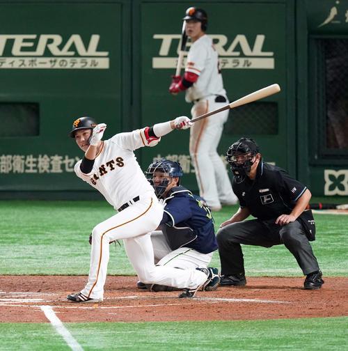 巨人のヤクルト3回裏巨人1死1塁通算1999安打となる左前打を放つ坂本(撮影・江口和貴)