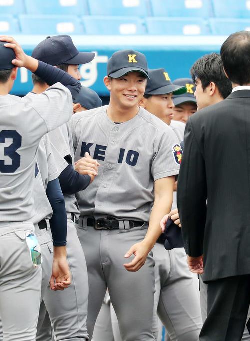 慶大対早大 試合前、笑顔を見せる慶大・木沢(撮影・鈴木正人)