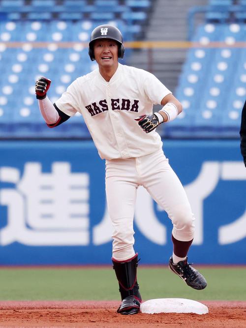 慶大対早大 6回裏早大1死三塁、瀧沢は右越え適時二塁打を放ちガッツポーズ(撮影・鈴木正人)