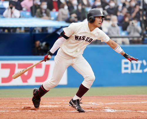 慶大対早大 6回裏早大1死三塁、瀧沢は右越え適時二塁打を放つ(撮影・鈴木正人)