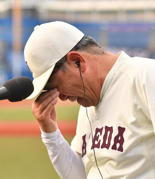 早大対慶大 優勝しインタビューで涙を流す早大・小宮山監督(撮影・柴田隆二)