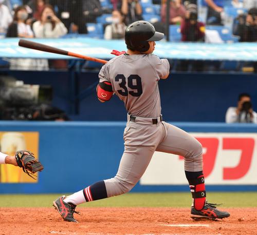 早大対慶大 3回裏慶大1死二塁、広瀬は左前安打を放ち、相手エラーで二塁走者が生還する(撮影・柴田隆二)
