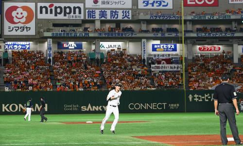 巨人対ヤクルト 3回裏巨人無死一塁、坂本は中越え2点本塁打を放ちファンを背にダイヤモンドを1周する(撮影・足立雅史)
