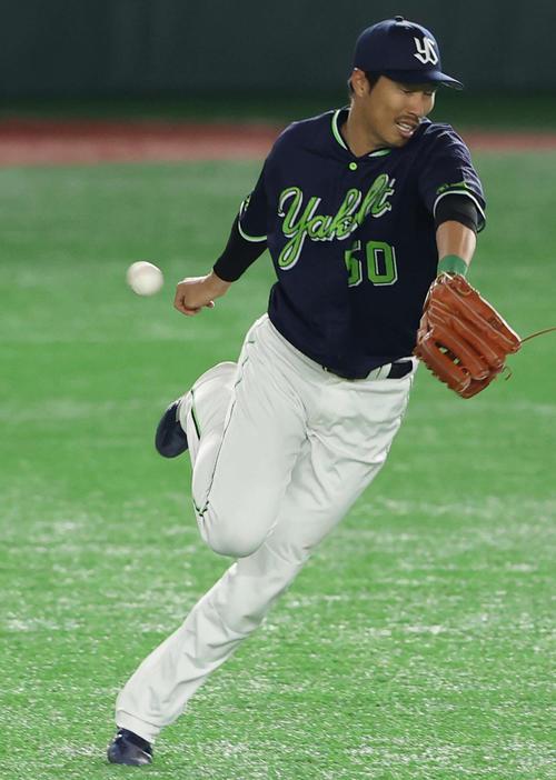 巨人対ヤクルト 4回裏巨人1死、吉川尚の打球を捕球できず二塁打を許す右翼手の上田(撮影・河野匠)