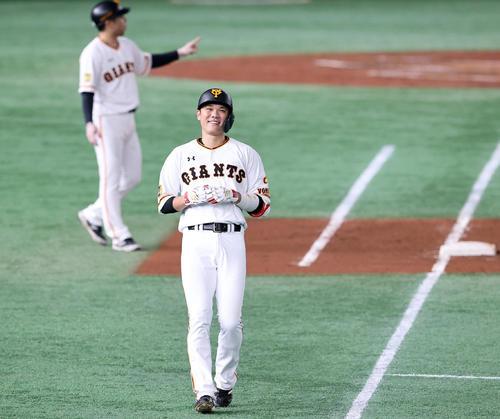 巨人対ヤクルト 4回裏巨人2死二塁、坂本は遊内野安打を放ち、笑顔を見せる(撮影・浅見桂子)